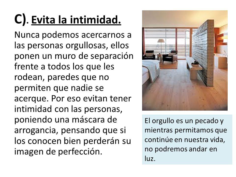 C). Evita la intimidad.