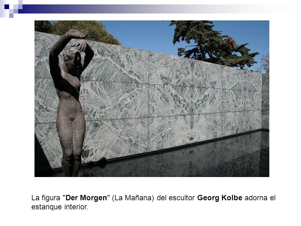 La figura Der Morgen (La Mañana) del escultor Georg Kolbe adorna el estanque interior.