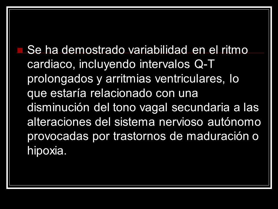 Se ha demostrado variabilidad en el ritmo cardiaco, incluyendo intervalos Q-T prolongados y arritmias ventriculares, lo que estaría relacionado con una disminución del tono vagal secundaria a las alteraciones del sistema nervioso autónomo provocadas por trastornos de maduración o hipoxia.