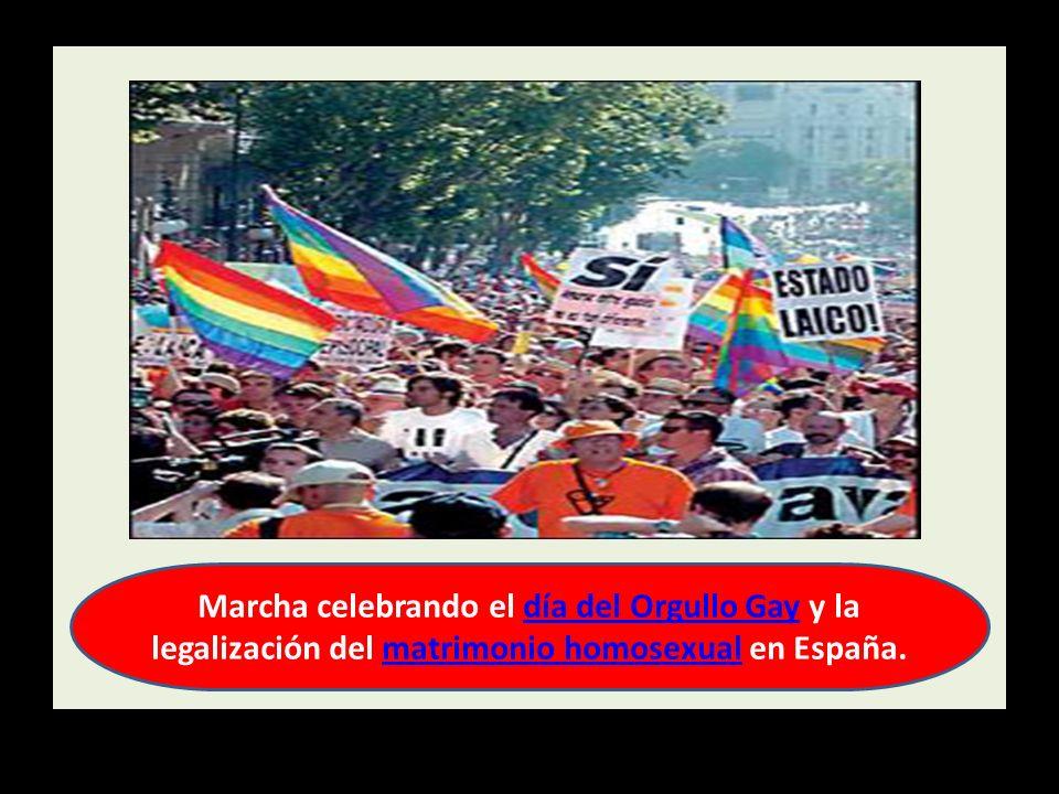 Marcha celebrando el día del Orgullo Gay y la legalización del matrimonio homosexual en España.