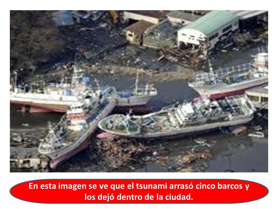En esta imagen se ve que el tsunami arrasó cinco barcos y los dejó dentro de la ciudad.