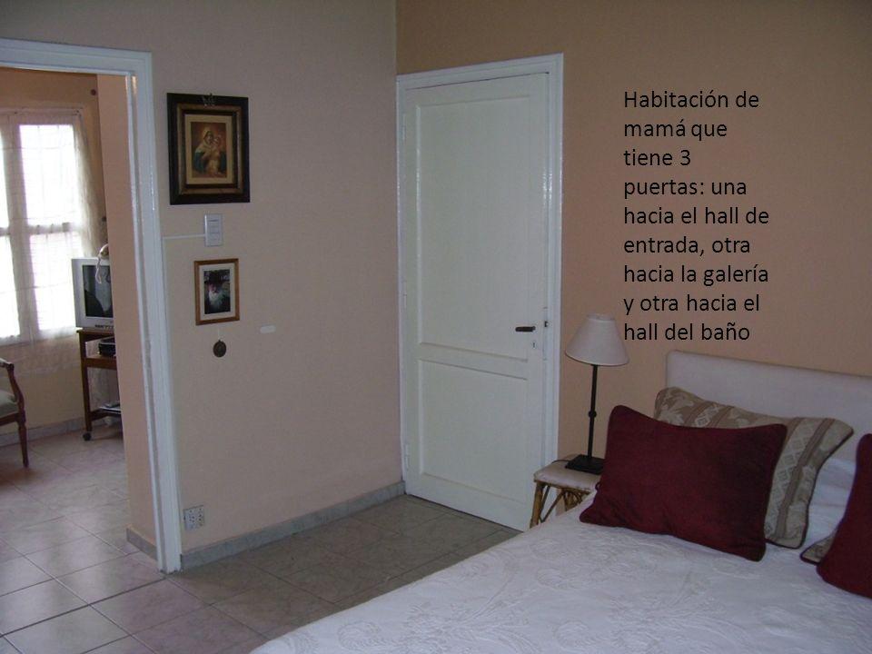 Habitación de mamá que tiene 3 puertas: una hacia el hall de entrada, otra hacia la galería y otra hacia el hall del baño