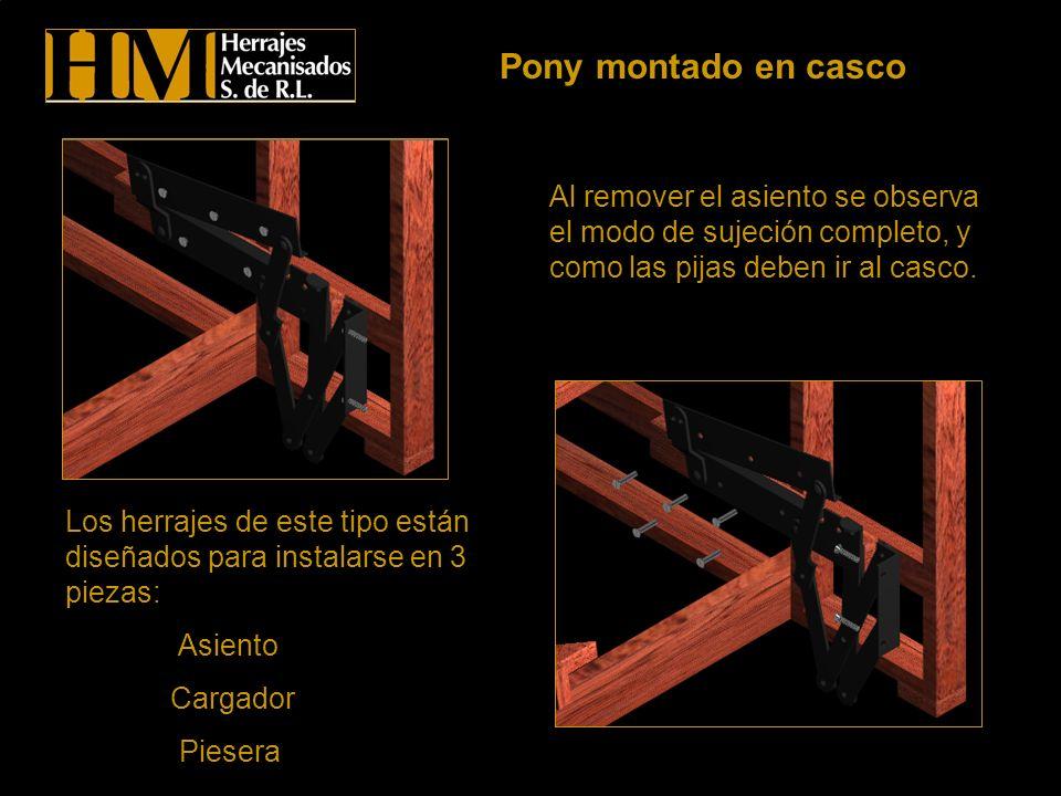 Pony montado en cascoAl remover el asiento se observa el modo de sujeción completo, y como las pijas deben ir al casco.