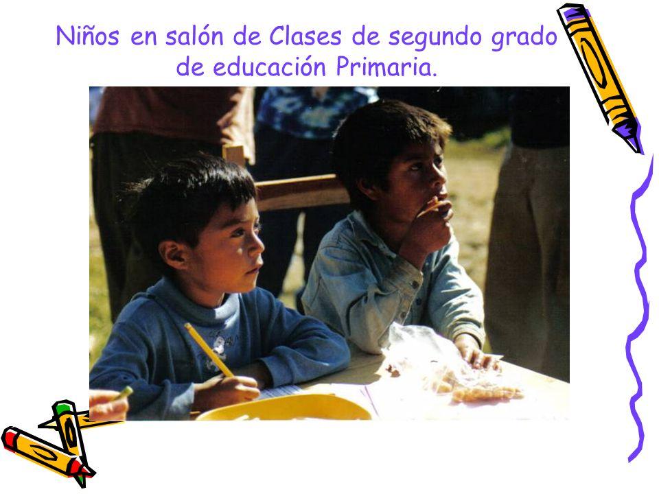 Niños en salón de Clases de segundo grado