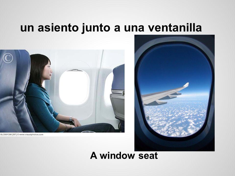 un asiento junto a una ventanilla