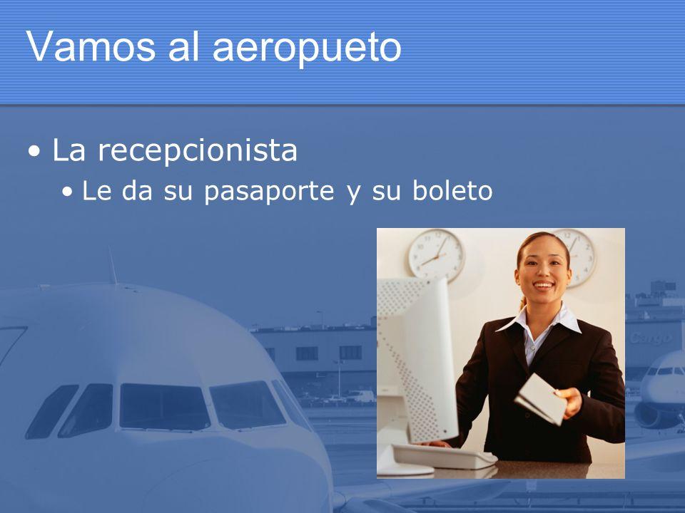 Vamos al aeropueto La recepcionista Le da su pasaporte y su boleto