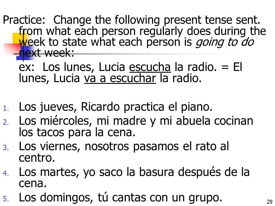 Los jueves, Ricardo practica el piano.