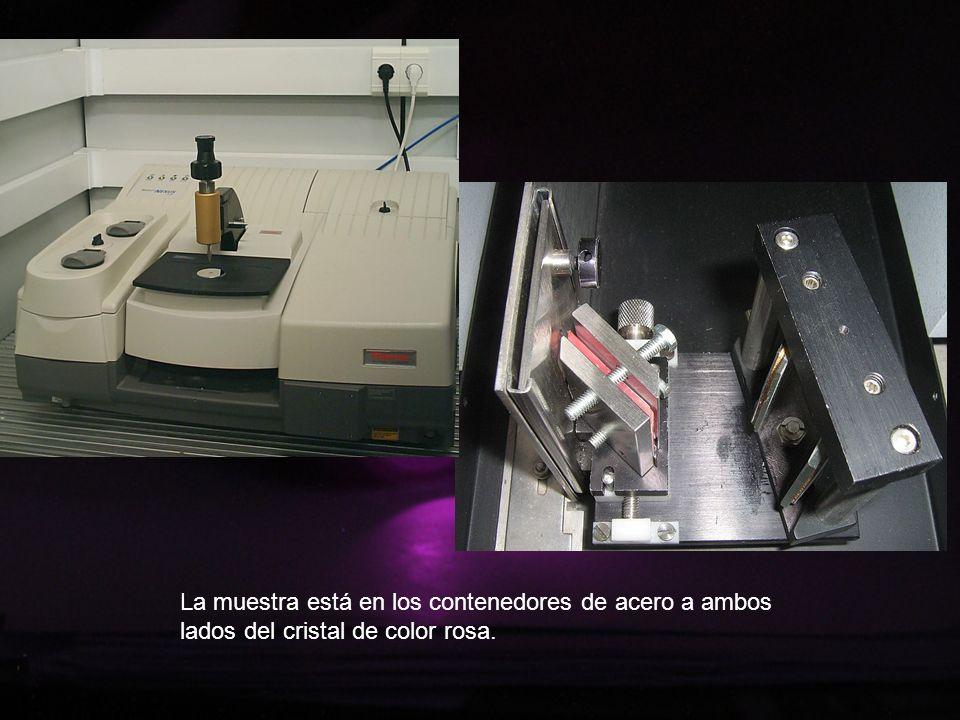La muestra está en los contenedores de acero a ambos lados del cristal de color rosa.