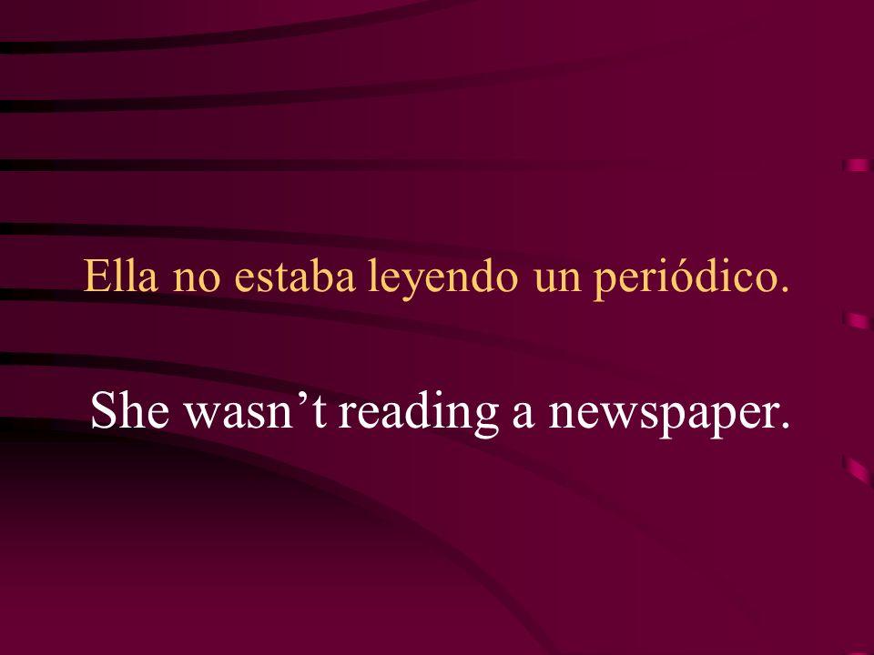 Ella no estaba leyendo un periódico.