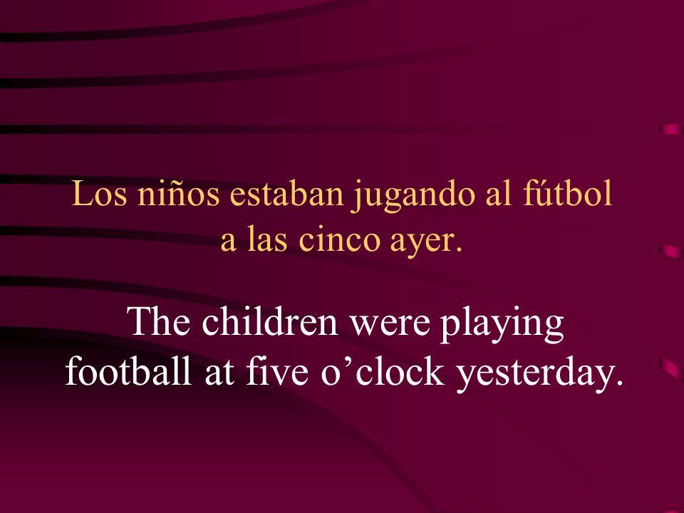 Los niños estaban jugando al fútbol a las cinco ayer.