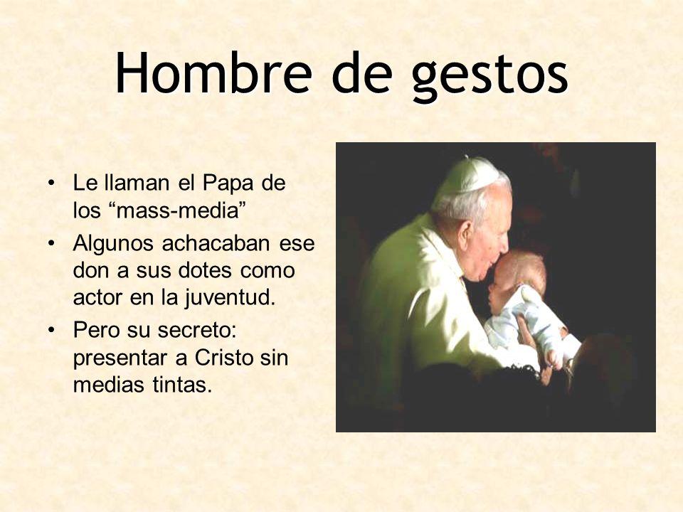 Hombre de gestos Le llaman el Papa de los mass-media