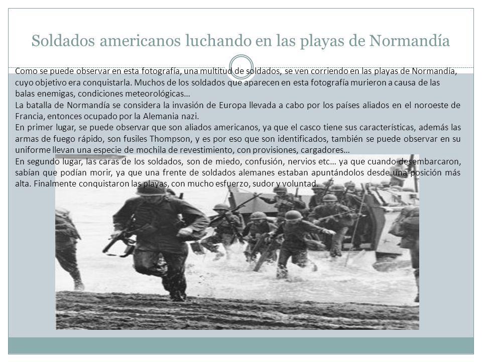 Soldados americanos luchando en las playas de Normandía