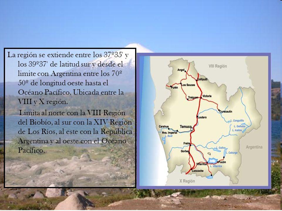 La región se extiende entre los 37º35 y los 39º37 de latitud sur y desde el limite con Argentina entre los 70º 50º de longitud oeste hasta el Océano Pacífico.