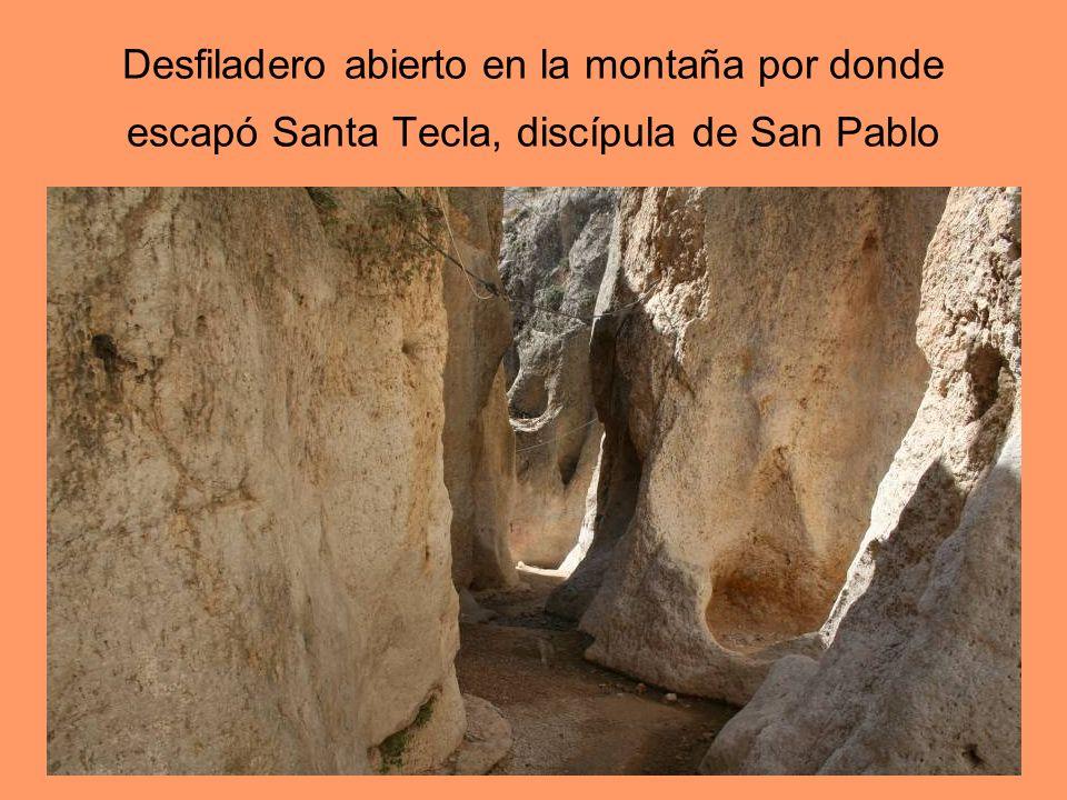 Desfiladero abierto en la montaña por donde escapó Santa Tecla, discípula de San Pablo