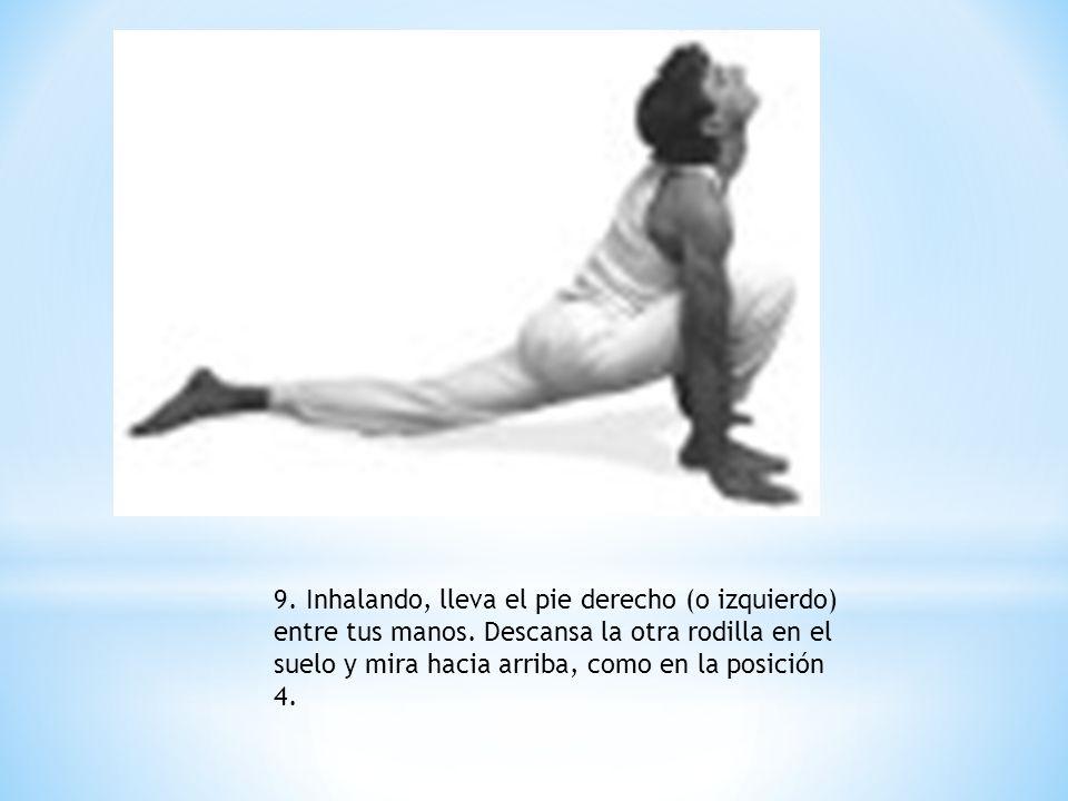 9. Inhalando, lleva el pie derecho (o izquierdo) entre tus manos