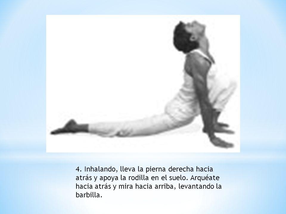 4. Inhalando, lleva la pierna derecha hacia atrás y apoya la rodilla en el suelo.