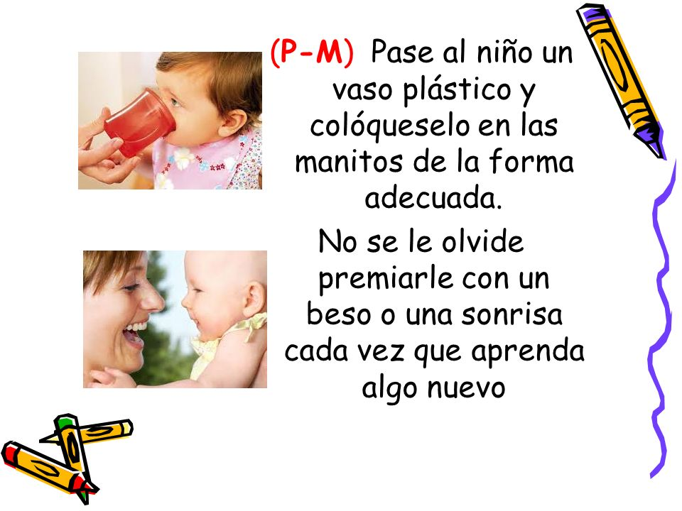 (P-M) Pase al niño un vaso plástico y colóqueselo en las manitos de la forma adecuada.