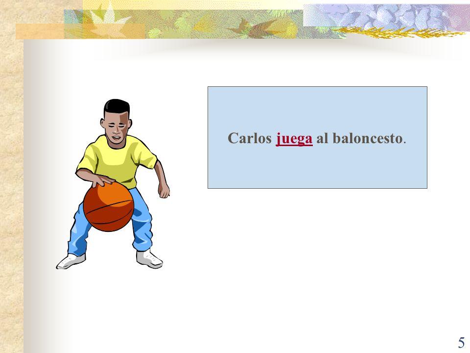 Carlos juega al baloncesto.