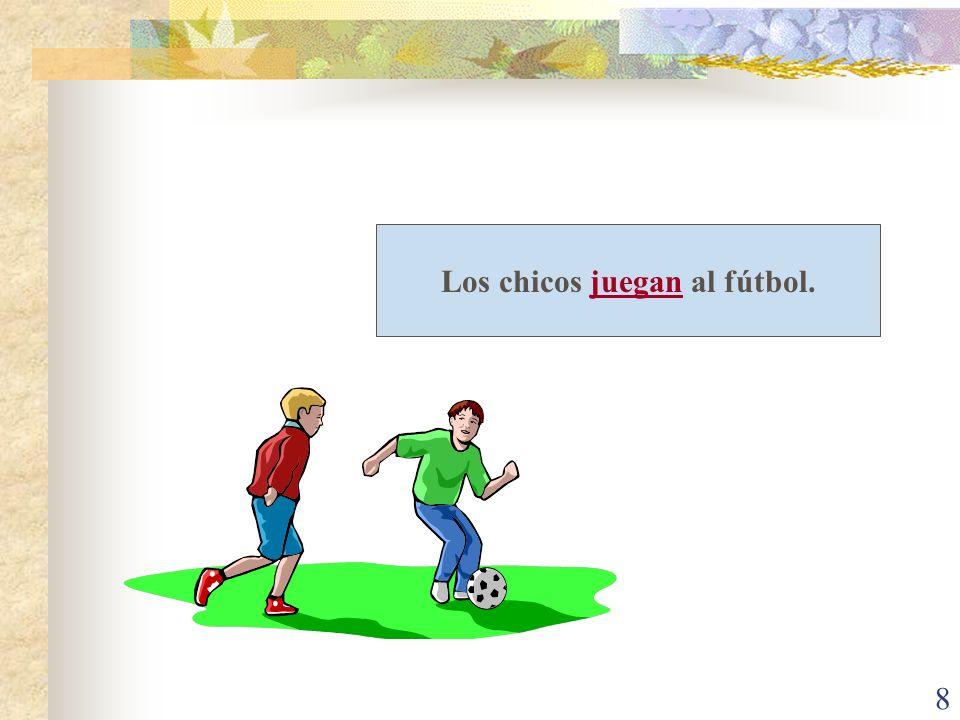 Los chicos juegan al fútbol.