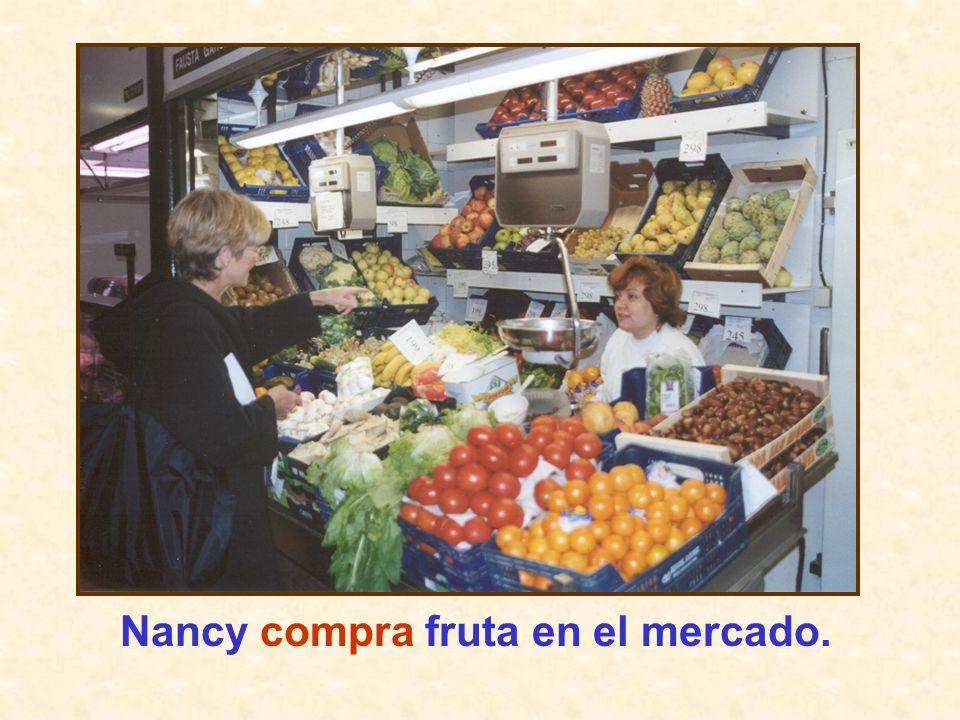 Nancy compra fruta en el mercado.