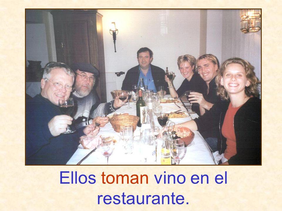 Ellos toman vino en el restaurante.