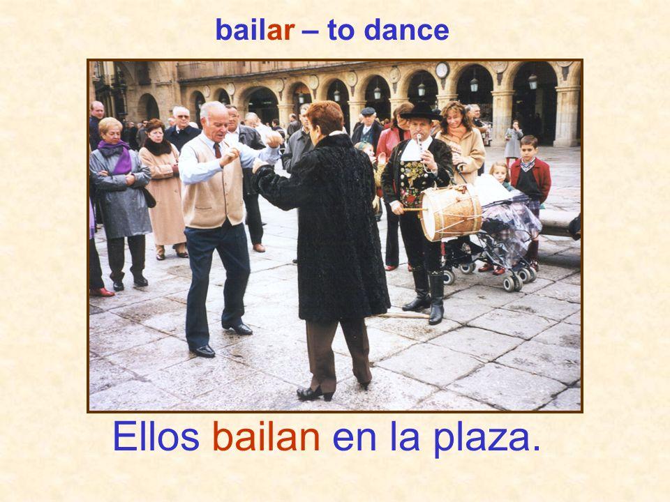 Ellos bailan en la plaza.