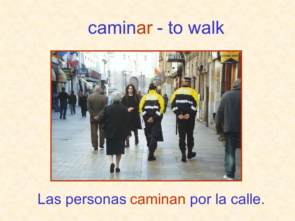 Las personas caminan por la calle.