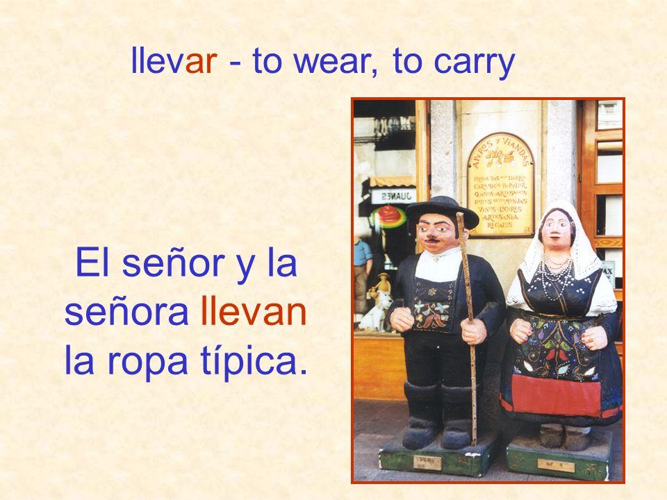El señor y la señora llevan la ropa típica.