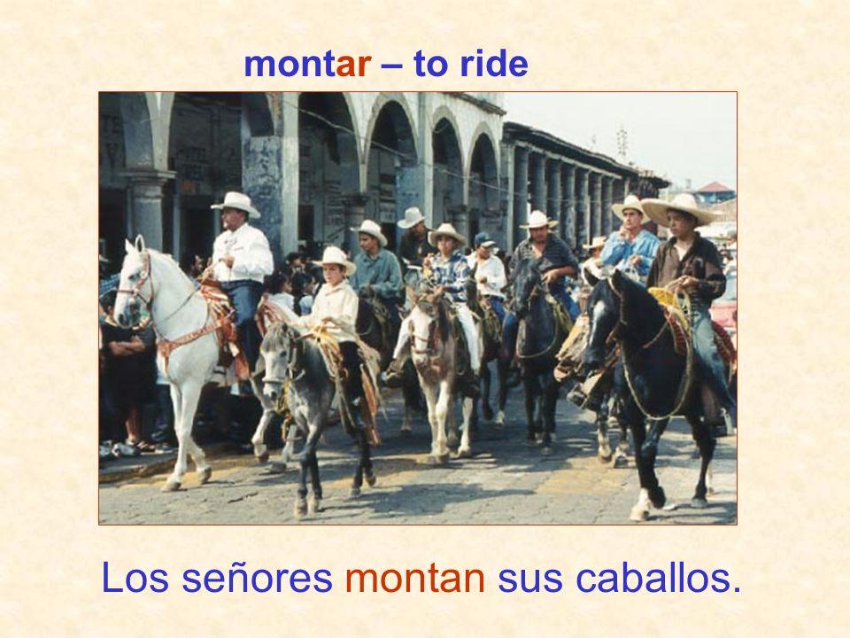 Los señores montan sus caballos.