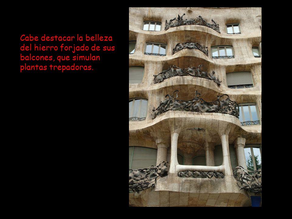 Cabe destacar la belleza del hierro forjado de sus balcones, que simulan plantas trepadoras.