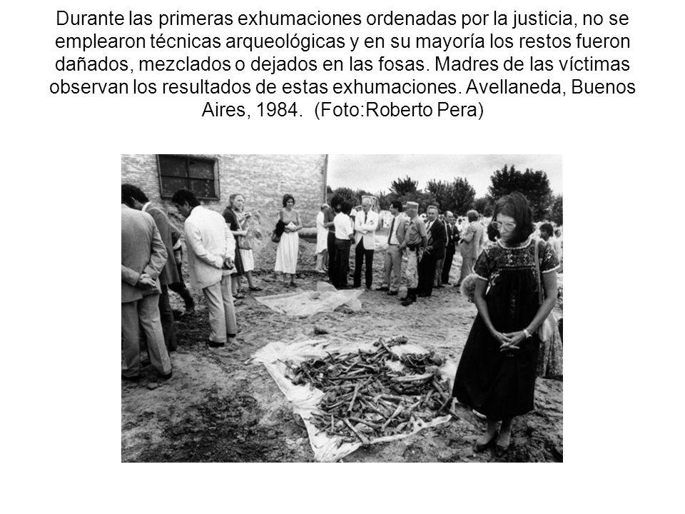 Durante las primeras exhumaciones ordenadas por la justicia, no se emplearon técnicas arqueológicas y en su mayoría los restos fueron dañados, mezclados o dejados en las fosas.