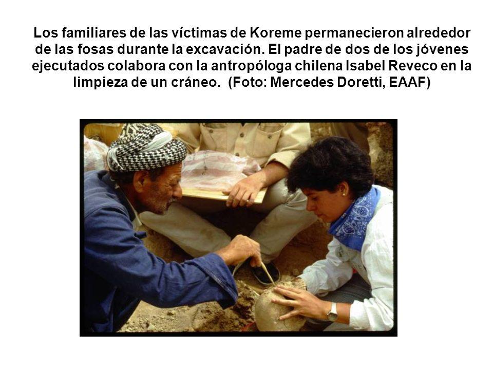 Los familiares de las víctimas de Koreme permanecieron alrededor de las fosas durante la excavación.