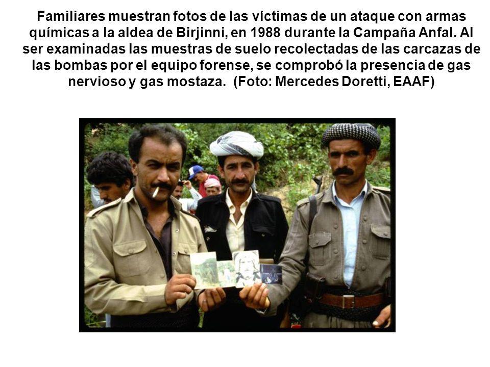 Familiares muestran fotos de las víctimas de un ataque con armas químicas a la aldea de Birjinni, en 1988 durante la Campaña Anfal.