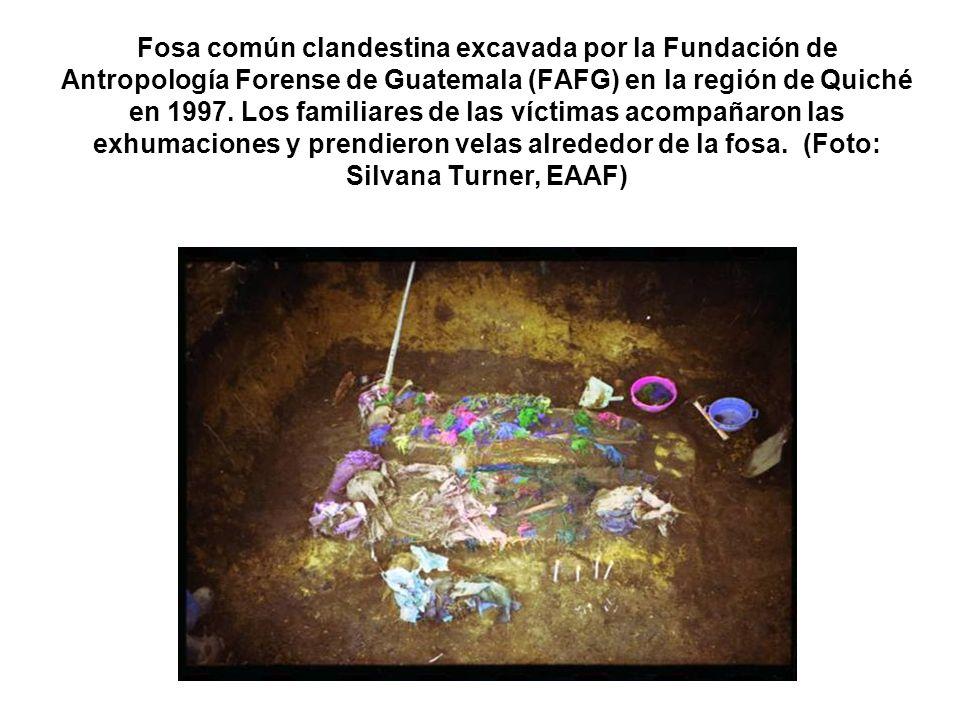 Fosa común clandestina excavada por la Fundación de Antropología Forense de Guatemala (FAFG) en la región de Quiché en 1997.