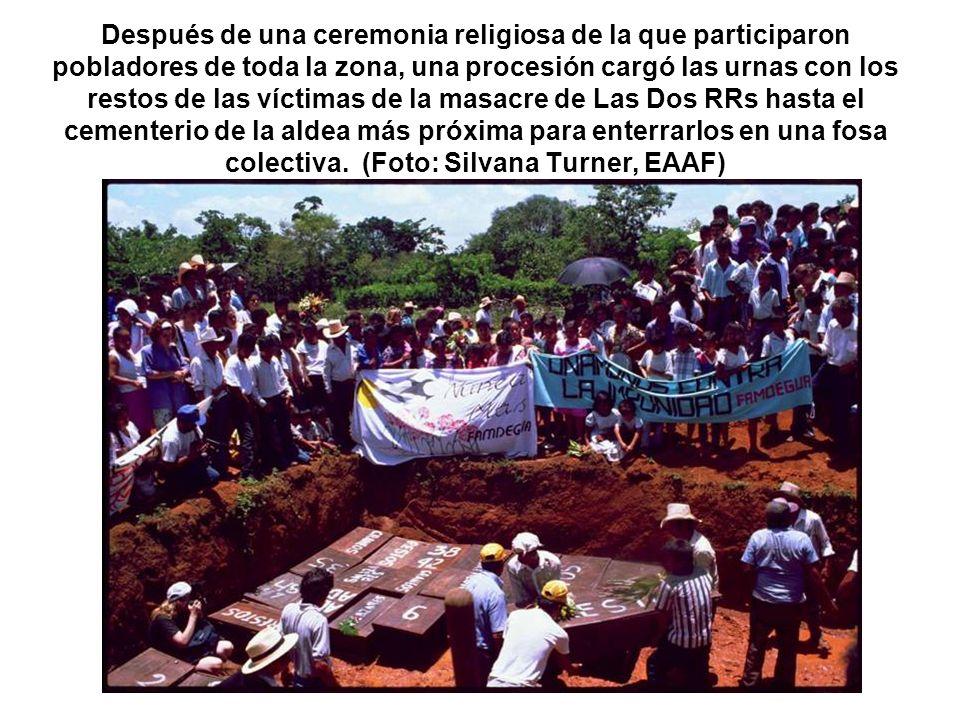 Después de una ceremonia religiosa de la que participaron pobladores de toda la zona, una procesión cargó las urnas con los restos de las víctimas de la masacre de Las Dos RRs hasta el cementerio de la aldea más próxima para enterrarlos en una fosa colectiva.