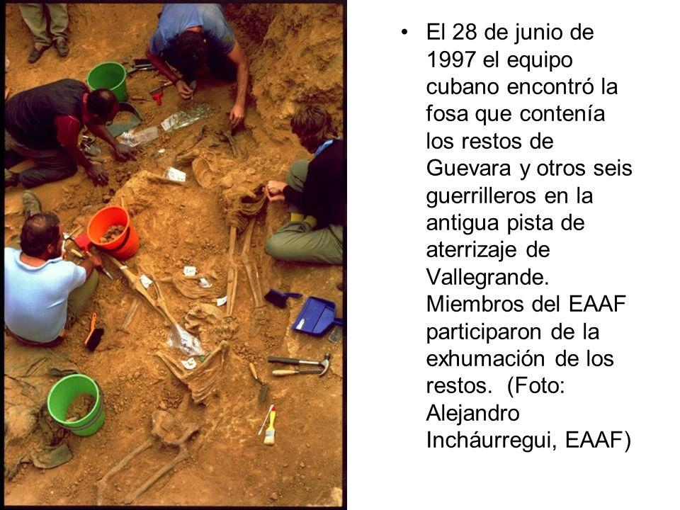 El 28 de junio de 1997 el equipo cubano encontró la fosa que contenía los restos de Guevara y otros seis guerrilleros en la antigua pista de aterrizaje de Vallegrande.