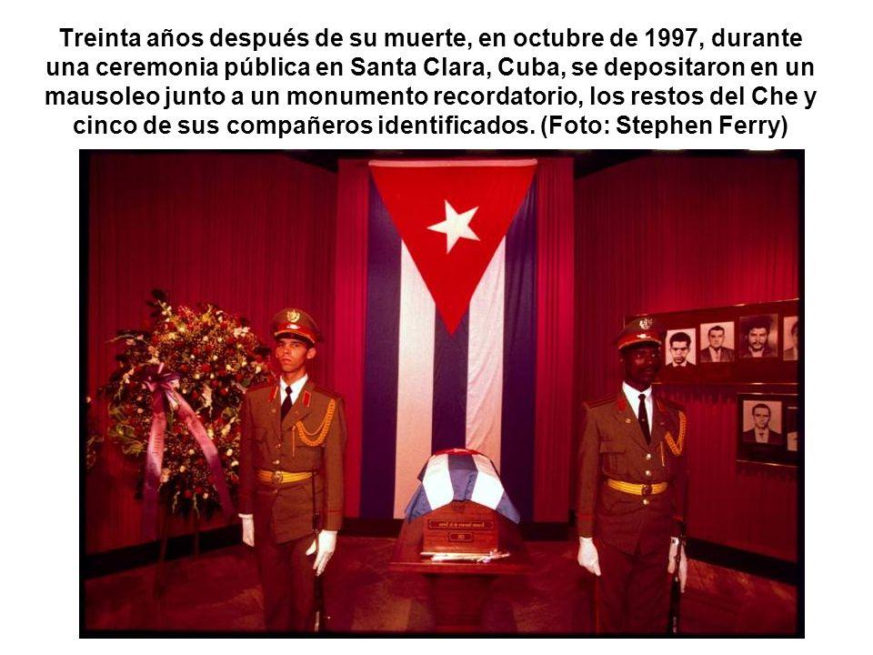 Treinta años después de su muerte, en octubre de 1997, durante una ceremonia pública en Santa Clara, Cuba, se depositaron en un mausoleo junto a un monumento recordatorio, los restos del Che y cinco de sus compañeros identificados.