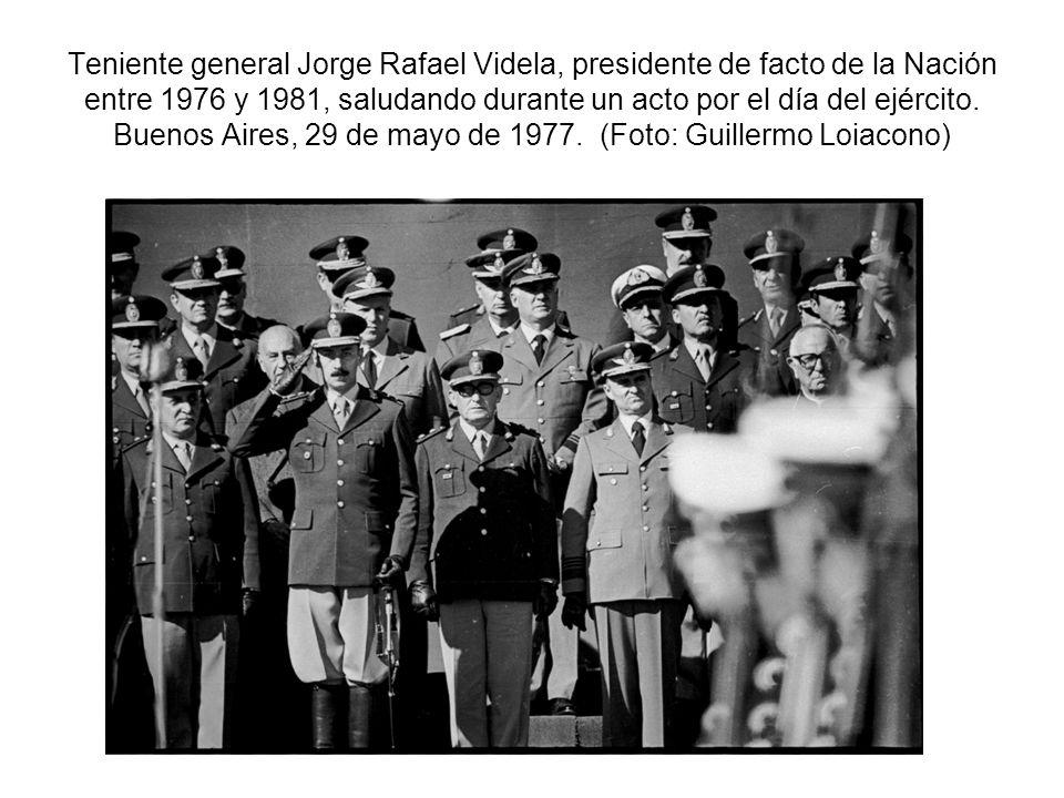 Teniente general Jorge Rafael Videla, presidente de facto de la Nación entre 1976 y 1981, saludando durante un acto por el día del ejército.