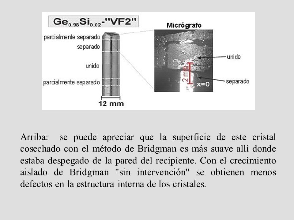Arriba: se puede apreciar que la superficie de este cristal cosechado con el método de Bridgman es más suave allí donde estaba despegado de la pared del recipiente.