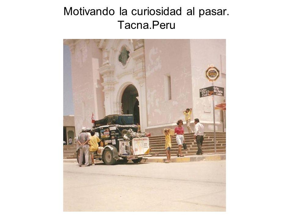 Motivando la curiosidad al pasar. Tacna.Peru