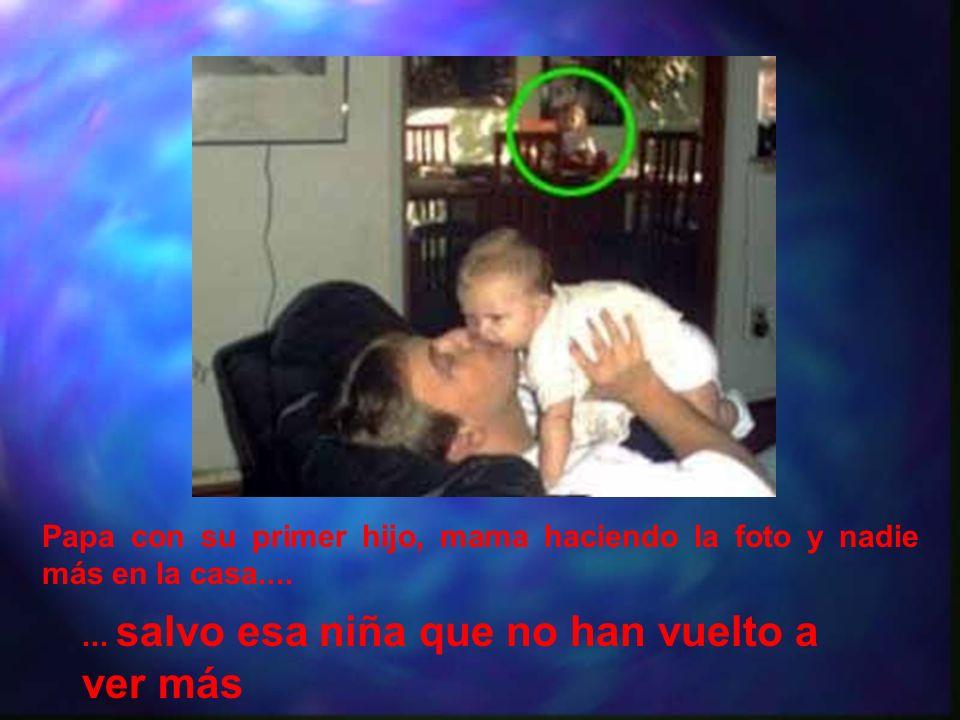 Papa con su primer hijo, mama haciendo la foto y nadie más en la casa....