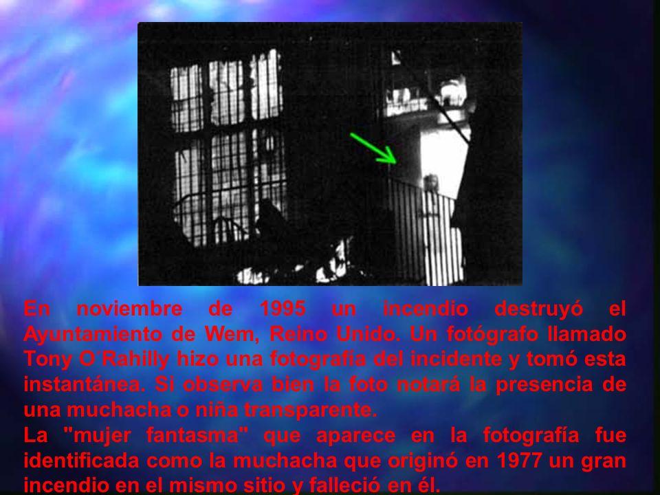 En noviembre de 1995 un incendio destruyó el Ayuntamiento de Wem, Reino Unido. Un fotógrafo llamado Tony O´Rahilly hizo una fotografía del incidente y tomó esta instantánea. Si observa bien la foto notará la presencia de una muchacha o niña transparente.