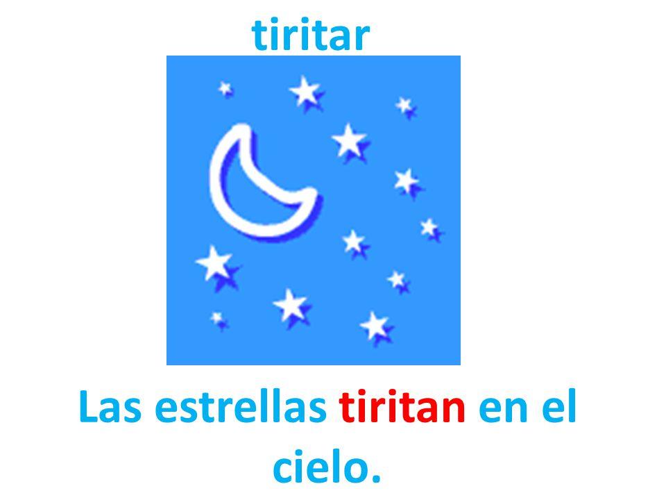 Las estrellas tiritan en el cielo.