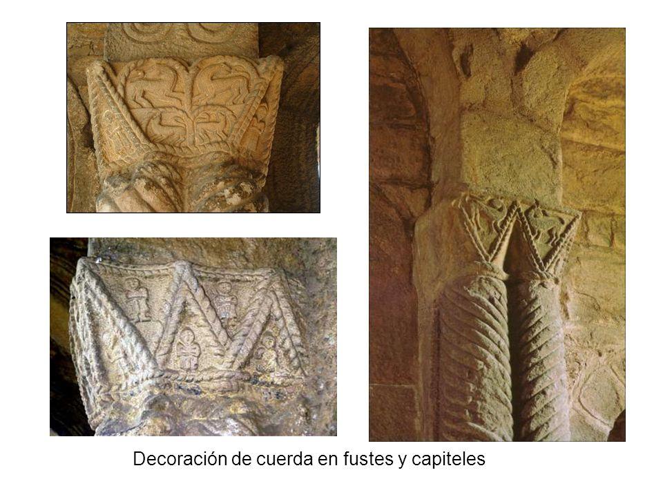 Decoración de cuerda en fustes y capiteles