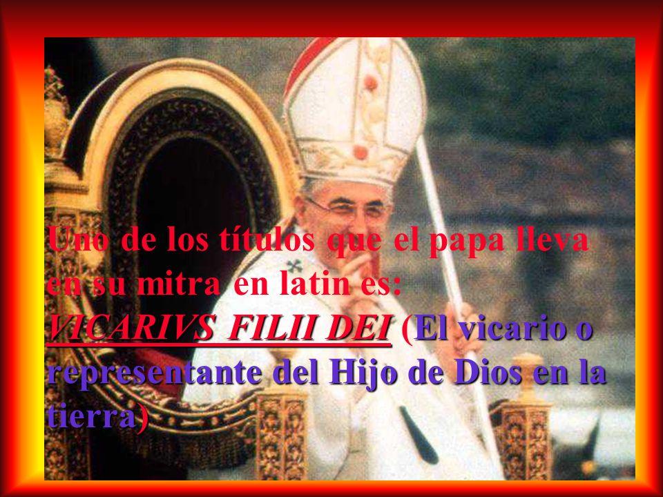 Uno de los títulos que el papa lleva en su mitra en latin es: VICARIVS FILII DEI (El vicario o representante del Hijo de Dios en la tierra)
