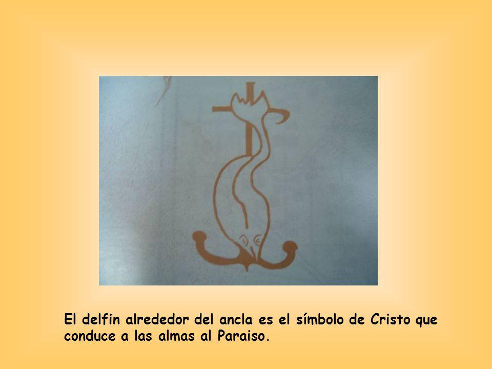 El delfin alrededor del ancla es el símbolo de Cristo que conduce a las almas al Paraiso.