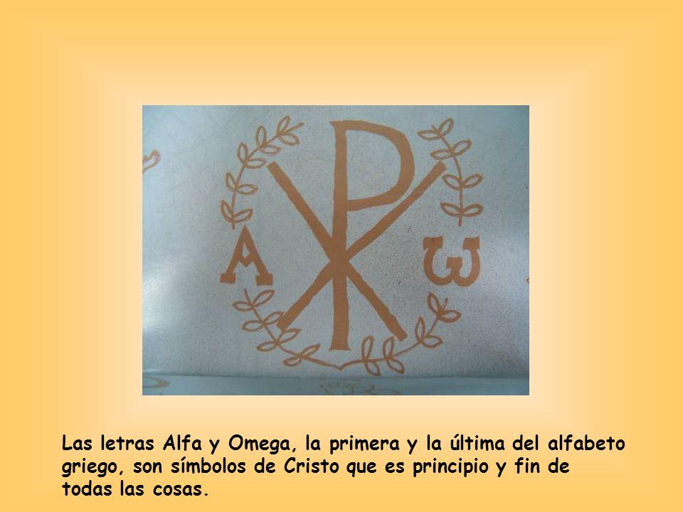 Las letras Alfa y Omega, la primera y la última del alfabeto griego, son símbolos de Cristo que es principio y fin de todas las cosas.