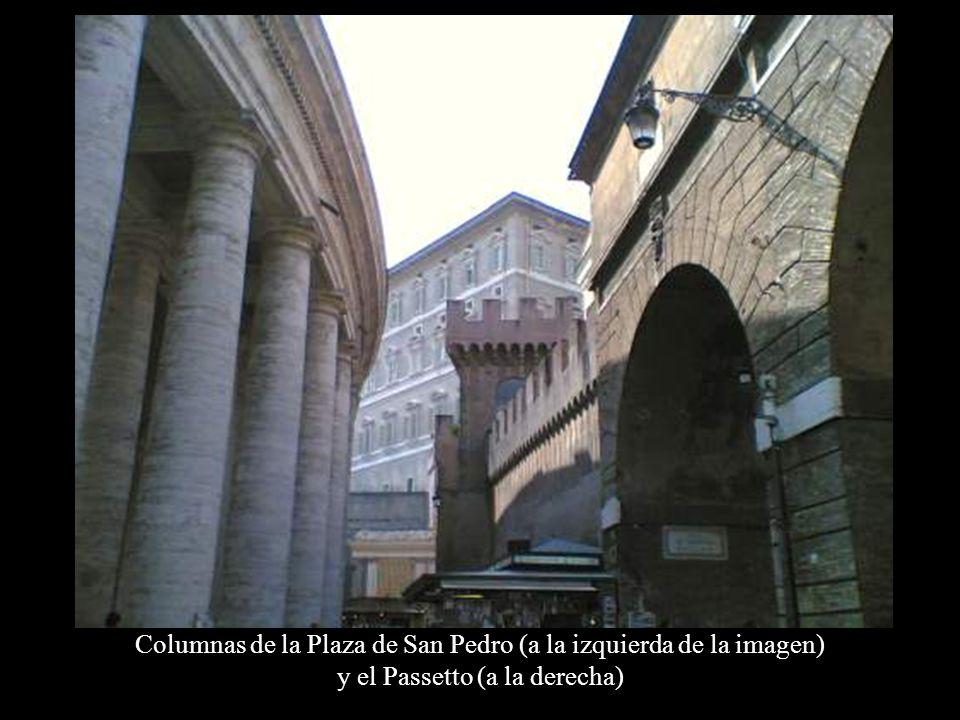 Columnas de la Plaza de San Pedro (a la izquierda de la imagen)