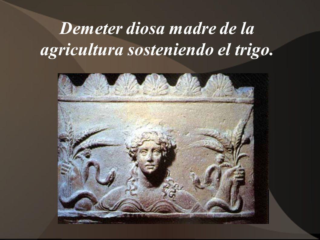 Demeter diosa madre de la agricultura sosteniendo el trigo.