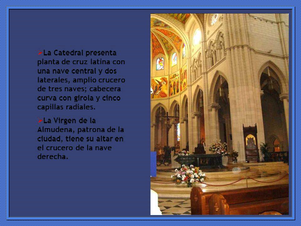 La Catedral presenta planta de cruz latina con una nave central y dos laterales, amplio crucero de tres naves; cabecera curva con girola y cinco capillas radiales.